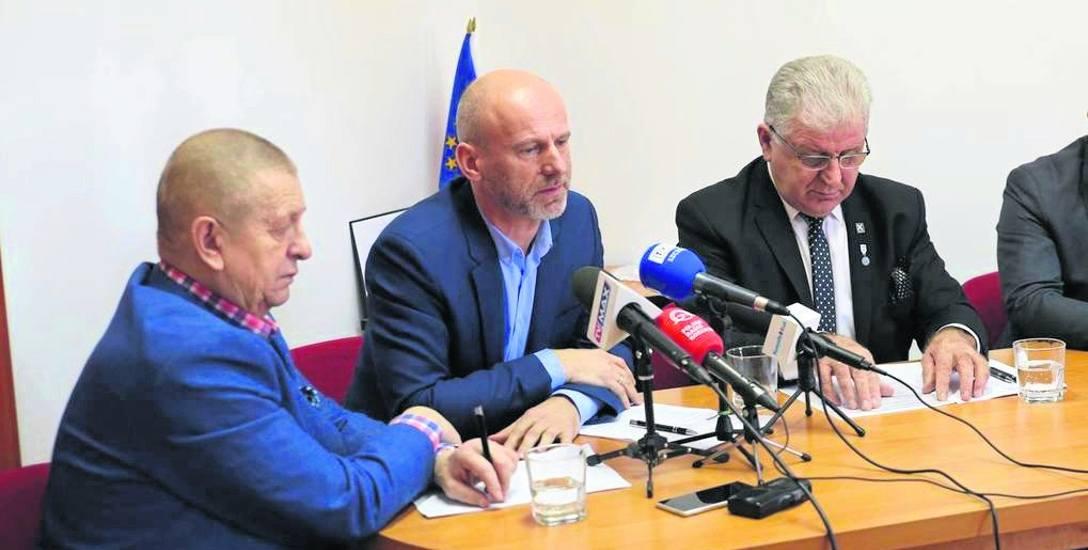 Poseł Stefan Romecki (z prawej) i burmistrz Krzysztof Bagiński (w środku), podczas poselskiej konferencji. Z lewej siedzi wójt Manowa Roman Kłosowsk