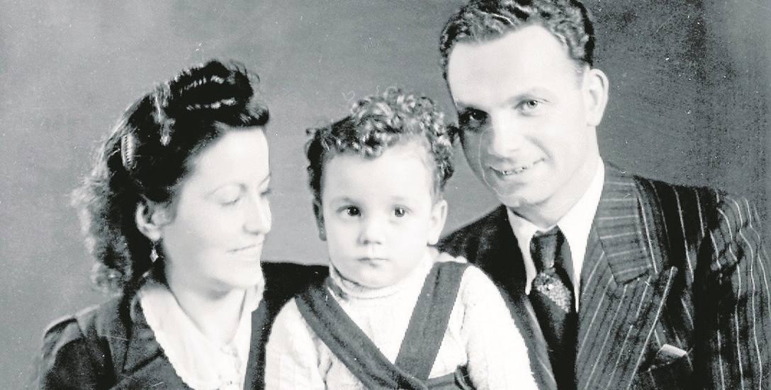Zdjęcie młodej pary Margarity i Rudolfa Friemla z synkiem Edim zrobione  w pracowni fotograficznej przez więźnia Wilhelma Brasse po ceremonii ślubnej