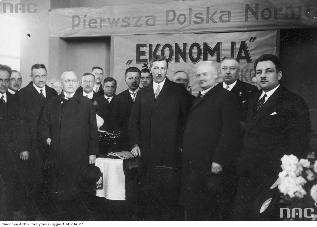 Eugeniusz Kwiatkowski (w środku, z wąsem) na Międzynarodowe Targi Poznańskich, 1930 rok