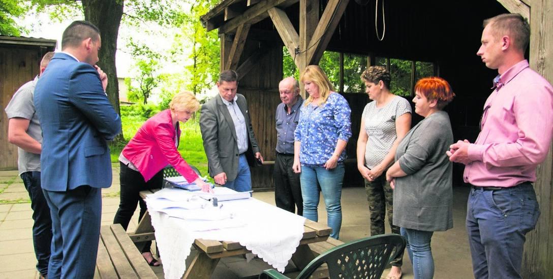 W podpisywaniu umowy uczestniczył wójt gminy Potęgowo Dawid Litwin, radny Dominik Maksymowski, sołtys Izabela Kogut-Suder wraz z mieszkańcami, wykonawca,