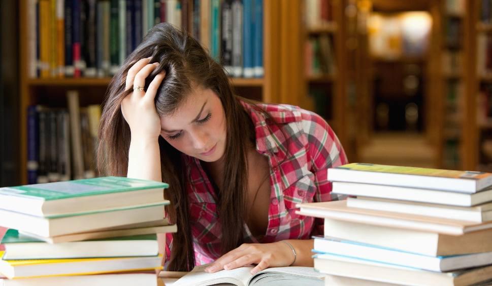 """Film do artykułu: Jak pokonać stres przed maturą? Jaki rodzaj stresu może być motywujący? Psycholog: """"Nerwy mogą być źródłem pozytywnej energii"""" [poradnik]"""
