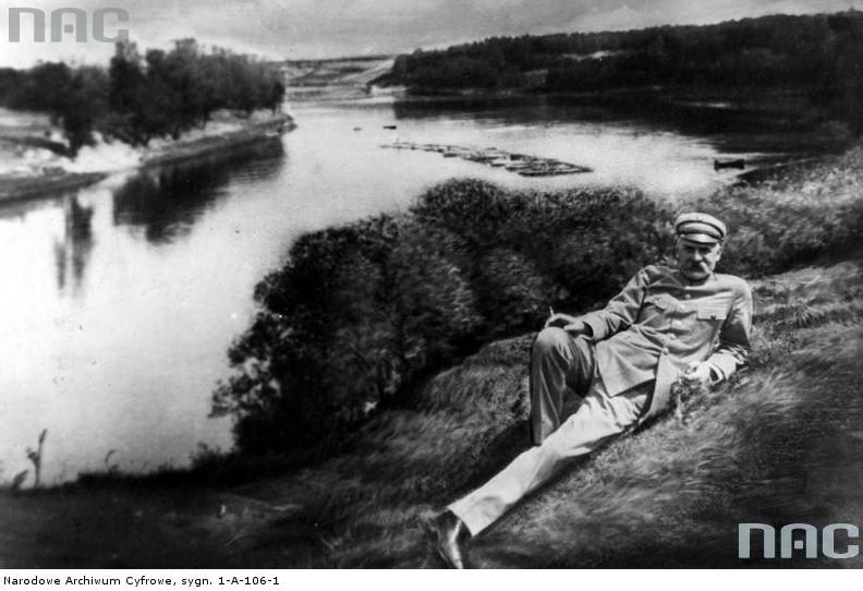 Józef Piłsudski leży na trawie nad brzegiem Niemna