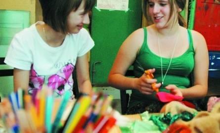 Do pracowni najchętniej zaglądały maluchy. Ale starsze dziewczynki też miały swoje pierwsze wprawki w szyciu. Na  zdjęciu Dominika i Emilia.