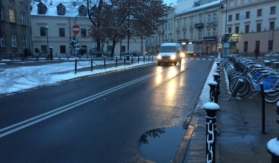 Film do artykułu: Warunki drogowe i pogoda w woj. lubelskim. Czy w poniedziałek nadal będzie padać śnieg?