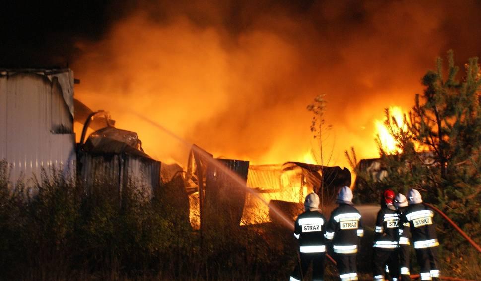 Film do artykułu: W Magnuszewie płonął zakład produkujący znicze. Spłonęła olbrzymia część magazynu