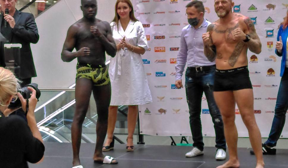 Film do artykułu: Boks. Ceremonia ważenia przed galą boksu w Białymstoku (zdjęcia, wideo)