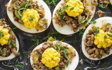 Jajka faszerowane pieczarkami i korniszonami.