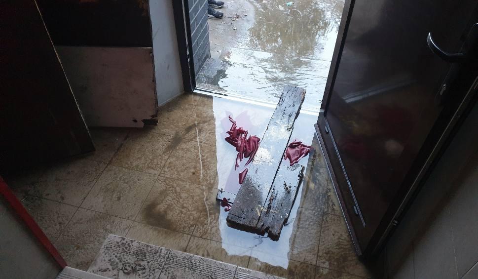 Film do artykułu: Awaria kanalizacji przy ulicy Mickiewicza. Z toalety na klatce schodowej od kilku dni leje się woda [ZDJĘCIA]