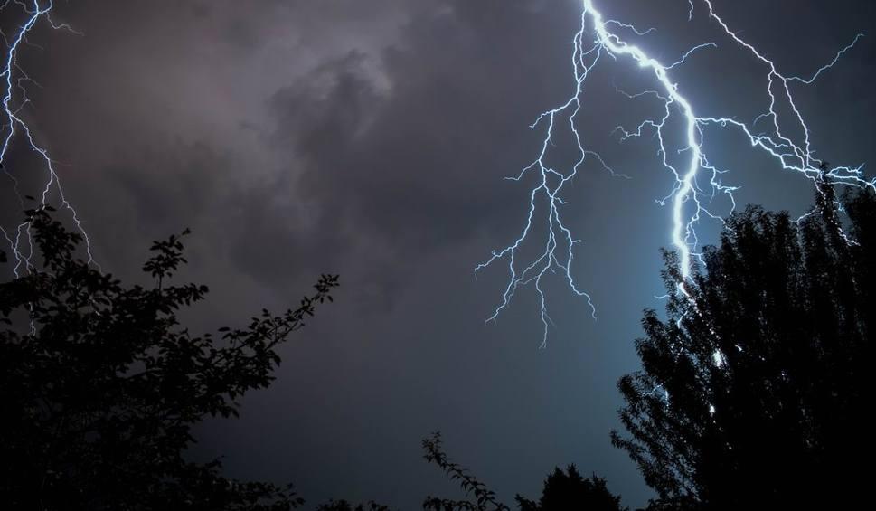 Film do artykułu: Pogoda w woj. lubelskim. Deszcz nie odpuszcza. Możliwe są też burze z gradem. Jest kolejne ostrzeżenie!