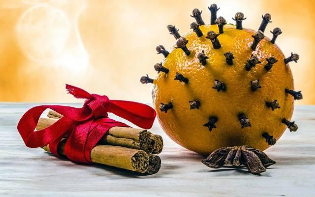 Pomarańcze i goździki pięknie pachną, a do tego mogą ładnie wyglądać. Ale uwaga! Wybierajmy pomarańcze o ładnej i nieuszkodzonej skórze. Najlepiej, gdy