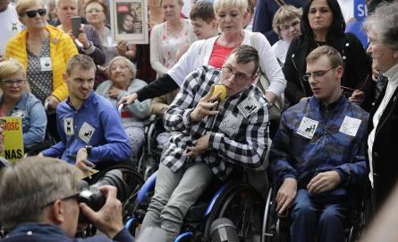 """Protest niepełnosprawnych w Warszawie. """"Najchętniej wrócilibyśmy do Sejmu"""""""