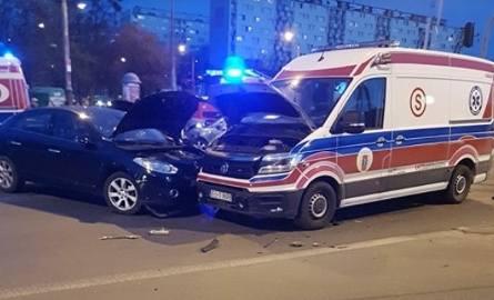Ratownik medyczny, lekarka i kierowca skody trafili do szpitala w wyniku wypadku, do którego doszło w czwartek wieczorem (ok. 19.30) na skrzyżowaniu