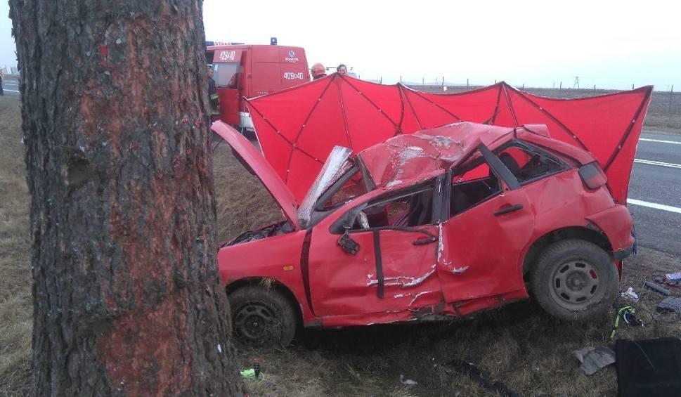 Film do artykułu: Wypadek w Pacanowie. Samochód uderzył w betonowy przepust, zginął 33-latek