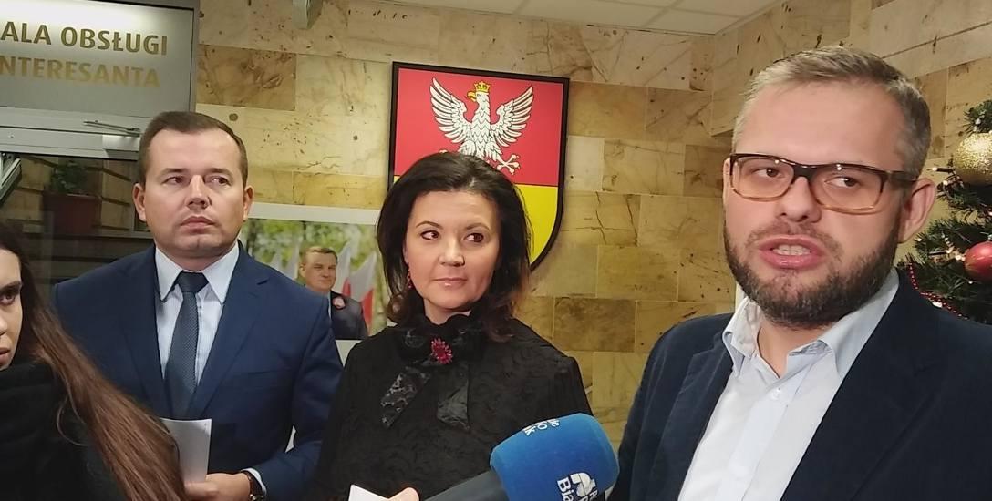 Piotra Jankowskiego z PiS (pierwszy z prawej) cieszy wyrok. – Może dzięki niemu nie będzie więcej psucia samorządu ze strony KO – mówi.