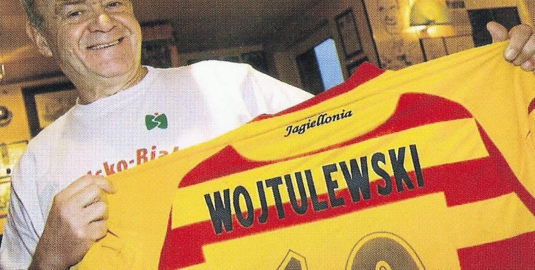 Oto cały Sławomir Wojtulewski: uśmiechnięty, w koszulce Bielska-Białej i z trykotem Jagiellonii Białystok. Takim go zapamiętamy