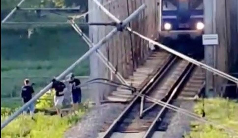 Film do artykułu: O krok od tragedii na moście kolejowym w Przemyślu. Ludzie uciekają przed jadącym pociągiem [WIDEO INTERNAUTY]