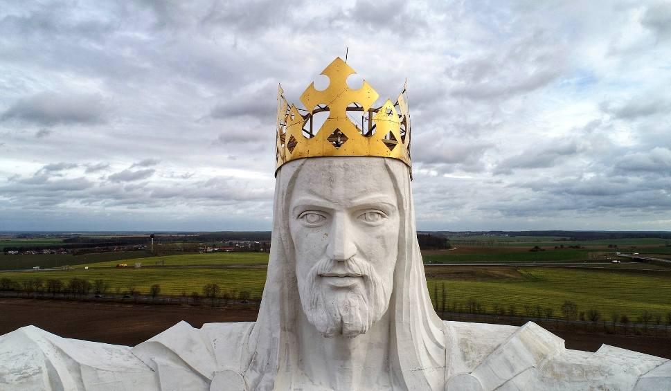 Film do artykułu: Co kryje korona na figurze Chrystusa w Świebodzinie? Nadal anteny? Zajrzyj! Zobacz słynny pomnik z lotu ptaka!