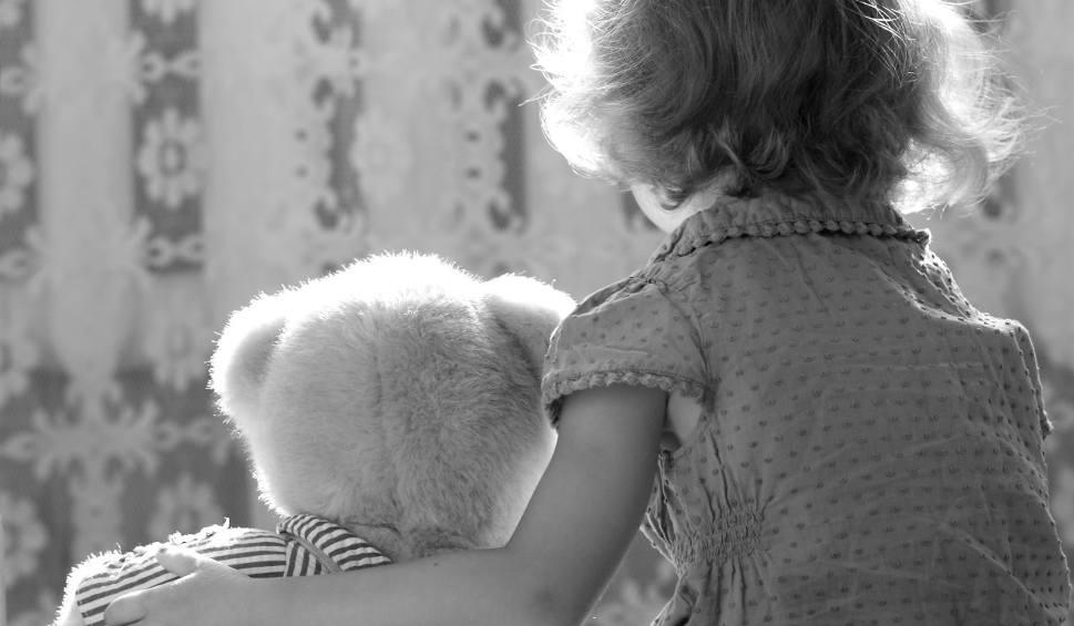 Film do artykułu: Bytów. Dziadkowie oskarżeni o robienie krzywdy wnukom. Grozi im 12 lat więzienia