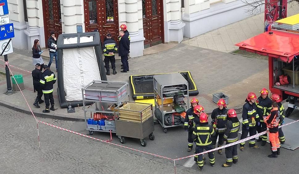 Film do artykułu: Alarm w Sądzie Okręgowym w Radomiu. Podejrzana przesyłka z tajemniczą substancją chemiczną i informacją o bombie. Na miejscu wiele służb