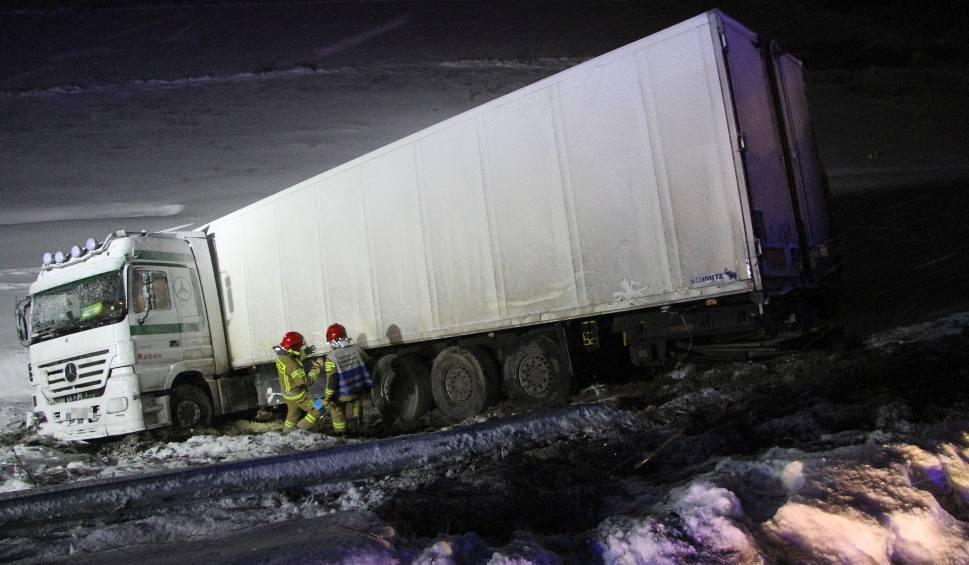 """Film do artykułu: Wypadek na krajowej """"dziewiątce"""" w Chmielowie. Tir spadł z wiaduktu, kierowca jest ranny (ZDJĘCIA, WIDEO)"""
