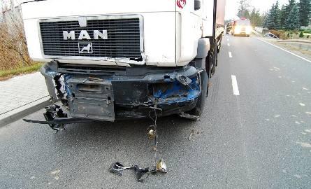 Przód ciągnika siodłowego, który uderzył mitsubishi w bok od strony kierowcy.