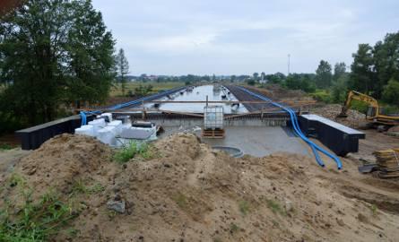 Most na rzece Łęg, przebudowany w 70 procentach, czeka teraz na firmę, która dokończy prace po zbakrutowanej spółce