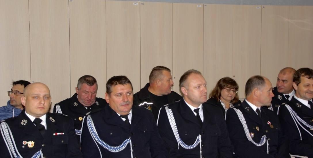 Prezes zarządu WFOŚiGW w Łodzi Wojciech Miedzianowski podpisał umowy na dofinansowanie zakupu wozów strażackich z prezesami i skarbnikami sześciu jednostek