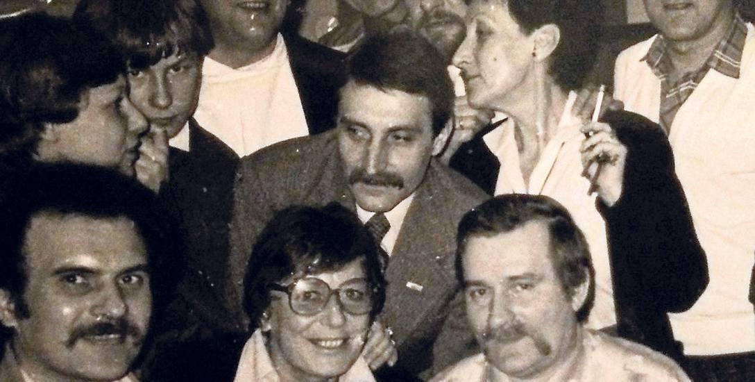 Październik 1983 roku, spotkanie po przyznaniu Lechowi Wałęsie Pokojowej Nagrody Nobla. Inka Musidłowska, z papierosem w dłoni, stoi tuż za przyszłym