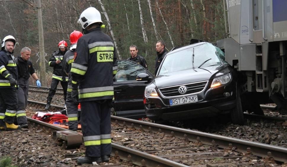 Film do artykułu: Zabrnie, powiat tarnobrzeski. Zderzenie pociągu z autem. Nie żyje kobieta, mężczyzna w szpitalu