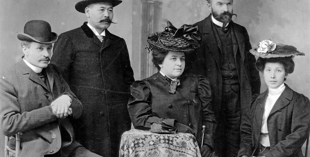 Józef Piłsudski (drugi z prawej) z przedstawicielem Japonii (drugi z lewej) w Bernie w 1904 r.