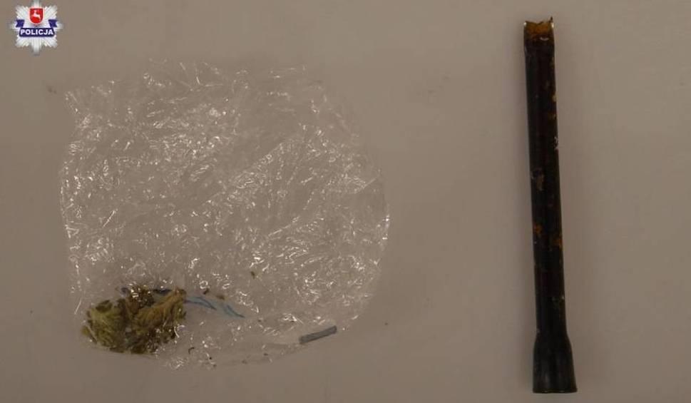 Film do artykułu: Zamość. 24-latek i jego 21-letni kolega zostali przyłapani w mieszkaniu przez dzielnicowych na paleniu marihuany