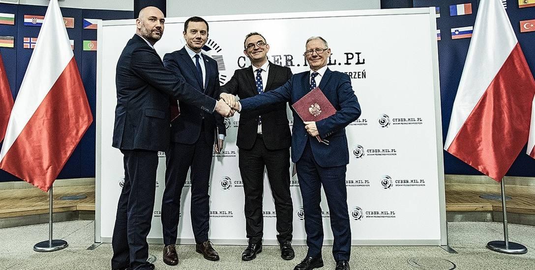 Umowę w imieniu powiatu łowickiego podpisał starosta Marcin Kosiorek (drugi z prawej)