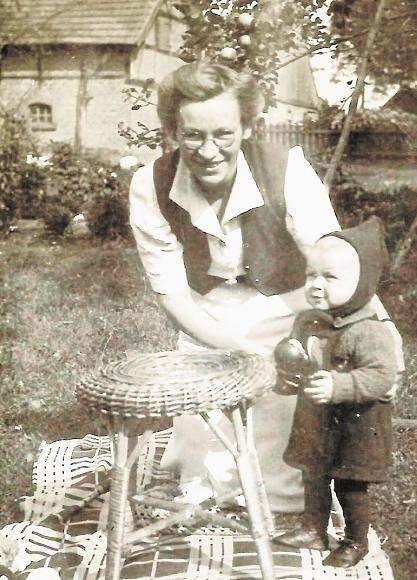 Ludwika Frydrychowska, mama Marka, z synem na plebanii w Płochocinie