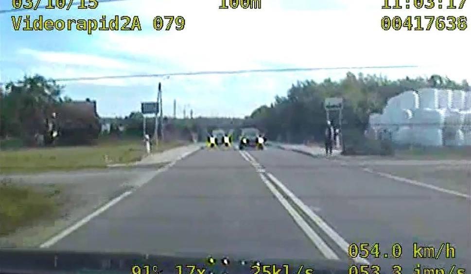 Film do artykułu: 66-letni pirat drogowy pędził 142 km/h i wyprzedzał na zakazie [WIDEO]