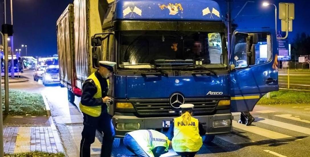 16 października wieczorem na pasach przy ul. Wojska Polskiego/Polna samochód ciężarowy, jadący lewym pasem, nie zatrzymał się i potrącił 92-latkę, która