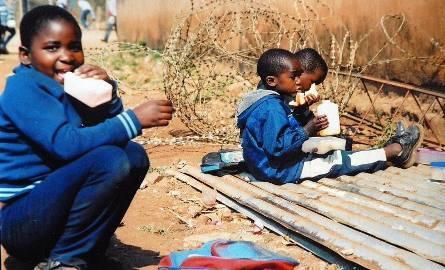 Przerwa śniadaniowa w szkole podstawowej w Zamokuhle w RPA.