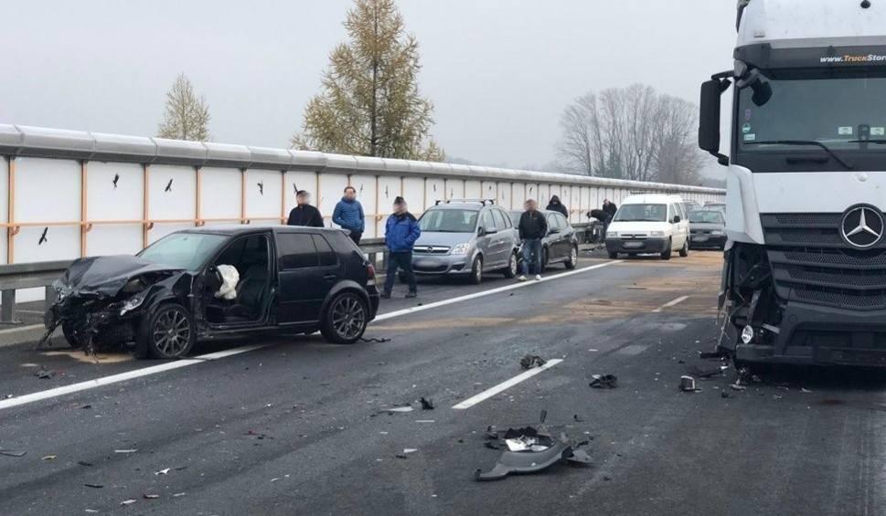 Film do artykułu: Wypadek w Ogrodzonej na S52. Kierowca wyszedł z auta pod TiRa. Policja szuka świadków WIDEO + ZDJĘCIA