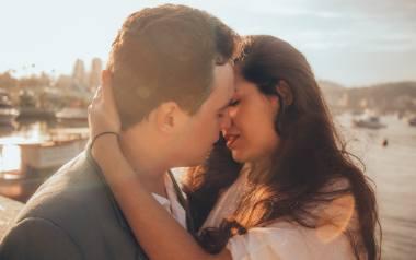 Całus bywa miły i... odchudza. Skąd się wzięły pocałunki?
