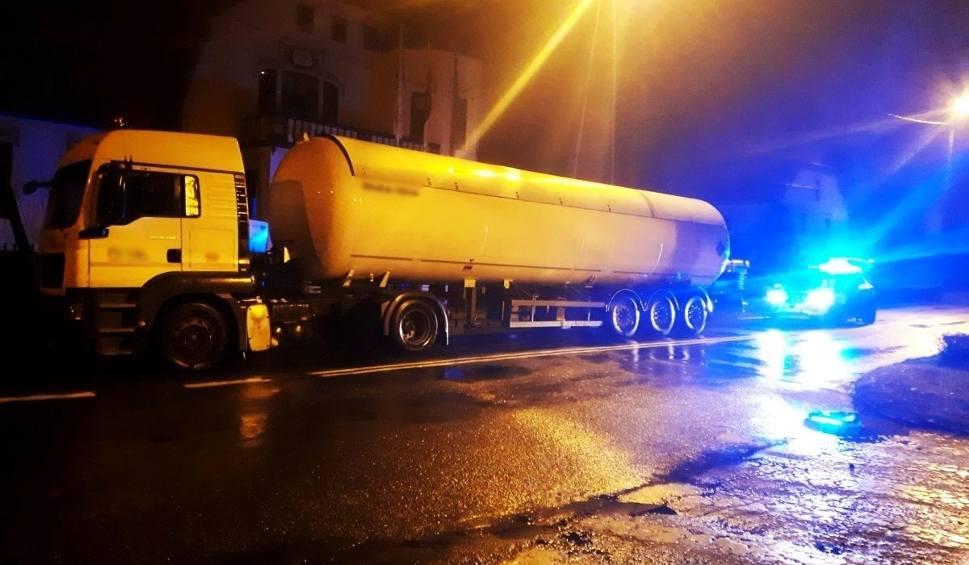Film do artykułu: Świebodzin. Policja zatrzymała kierowcę cysterny. Miał 3 promile alkoholu we krwi. Przewoził 22 tony gazu  [ZDJĘCIA]