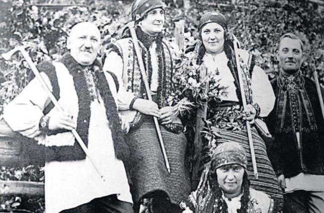 Kornel Makuszyński przebrany za Hucuła z przyjaciółmi w Żabiem - stolicy Huculszczyzny, rok 1934