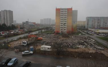 Obecnie trwa usuwanie gruzu po zburzonym budynku.