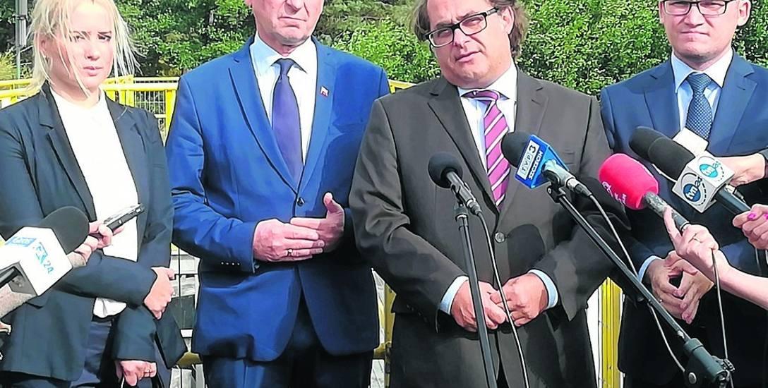 W sobotę nad Kanałem Jamneńskim pojawił się minister gospodarki morskiej i żeglugi Marek Gróbarczyk (drugi od prawej) w towarzystwie ministra Pawła Szefernakera