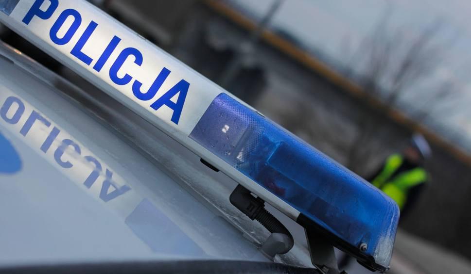 Film do artykułu: Dramatyczny pościg w Żarach. Uciekinier staranował bramę wjazdową na teren szpitala. Zatrzymał się na żywopłocie