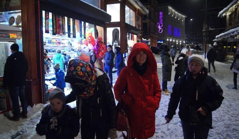 Film do artykułu: Zakopane: Tłumy turystów spacerują wieczorami po Krupówkach [ZDJĘCIA]