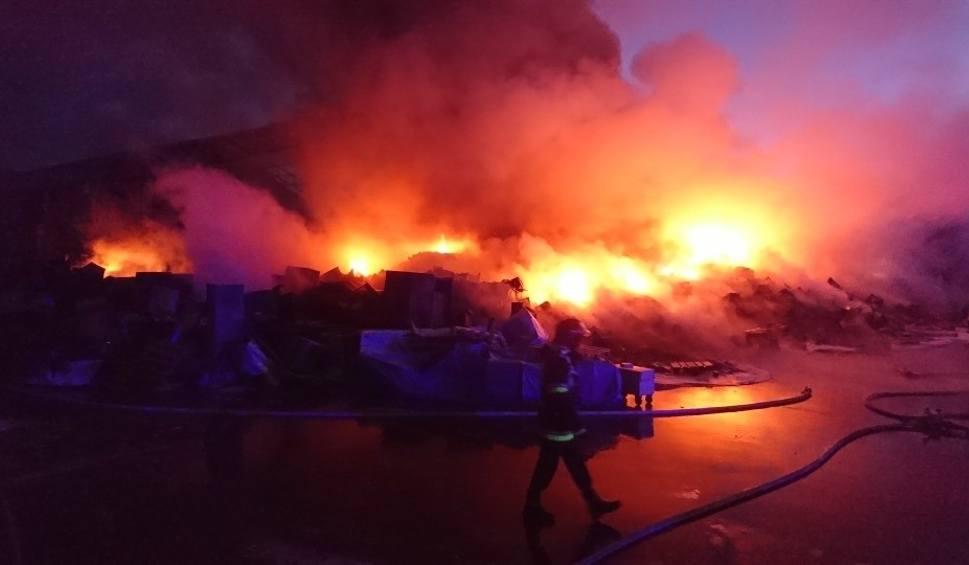 Film do artykułu: Strażacy podsumowują akcję gaśnicza na składowisku elektrośmieci w Micigoździe. Policjanci mówią o przypuszczalnych przyczynach pożaru