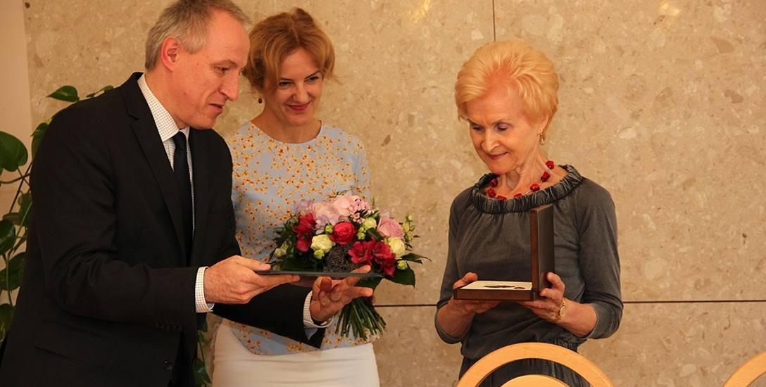Sędzia Beata Górska (w środku) jest absolwentką wydziału prawa Uniwersytetu Szczecińskiego, rocznik 1989. Specjalizuje się w prawie pracy i ubezpieczeniach