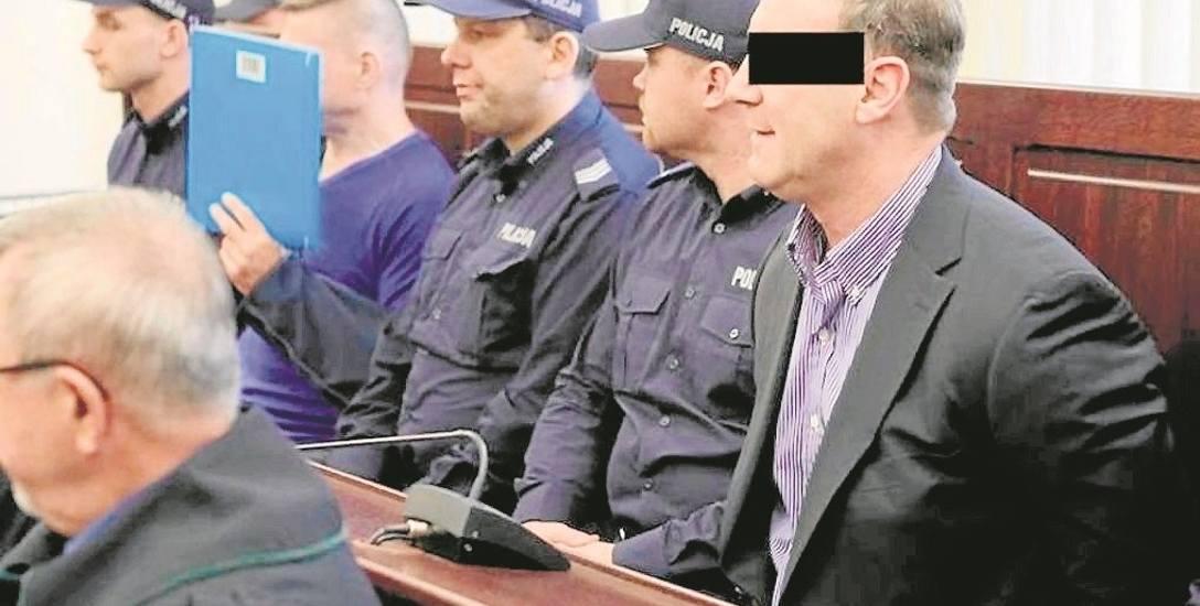 """""""Duduś"""" (z prawej) oraz """"Oczko"""" (drugi z lewej) są oskarżeni o pomocnictwo do zabójstwa ochroniarza 21 lat temu. Proces będzie mógł ruszyć, bo niedawno"""