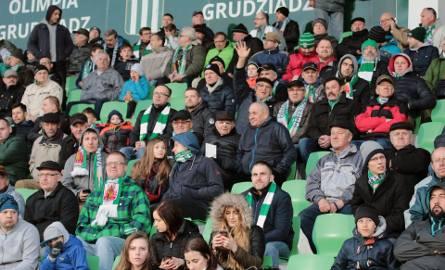 Wielka radość kibiców na stadionie w Grudziądzu gdzie miejscowa drużyna piłkarska 1 ligowej Olimpii pokonała Zagłębie Sosnowiec 3:1