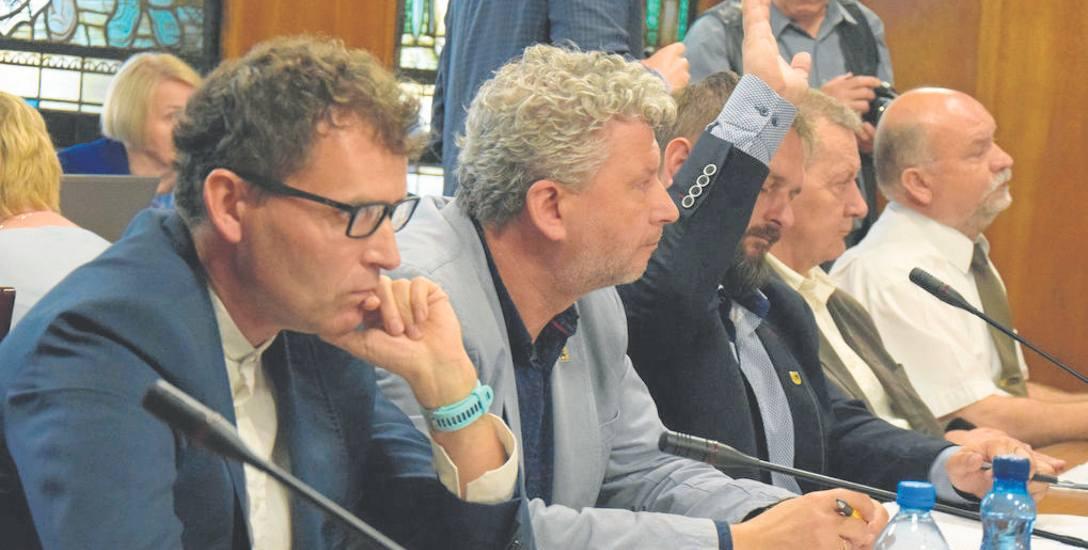 Przeciw udzieleniu absolutorium burmistrzowi Jerzemu Hardie-Douglasowi był jedynie radny Marcin Bedka (z ręką w górze), jego klubowi koledzy wstrzymali