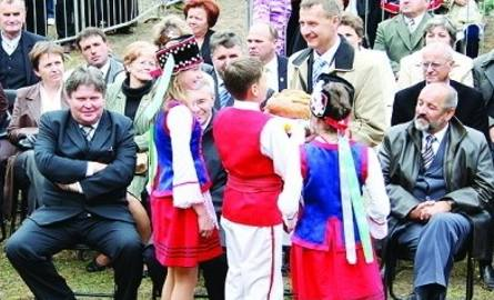 Występujące na scenie dzieci ze szkoły z Jasienicy przekazały bochen dożynkowego chleba wójtowi W. Brzostkowi